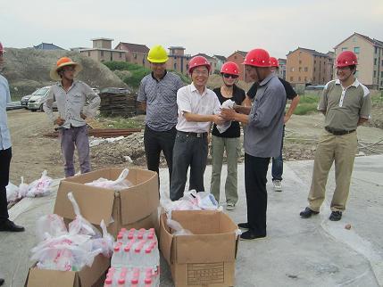 集团领导高温下工地一线慰问——三江汇项目送清凉沁人心